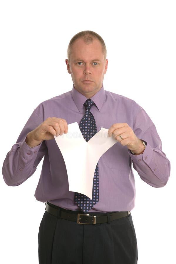 Contrato de rasgado del hombre de negocios. fotografía de archivo