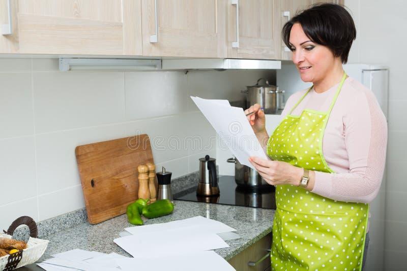 Contrato de seguro feliz de la lectura del ama de casa imagen de archivo