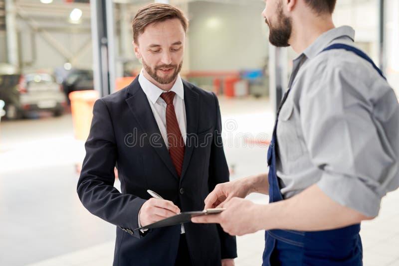 Contrato de Signing Car Service do homem de negócios foto de stock royalty free