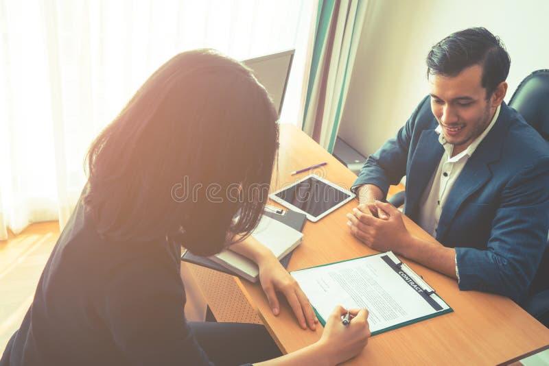 Contrato de trabajo de firma del empleado en el escritorio ejecutivo foto de archivo libre de regalías