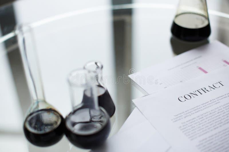 Contrato del aceite fotos de archivo