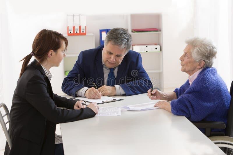 Contrato e doação de assinatura de seguro da avó a seu gran fotos de stock