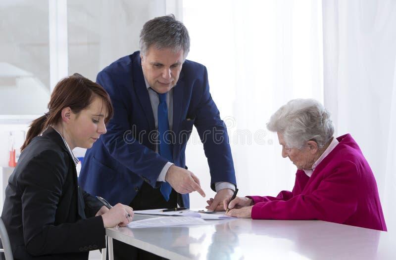 Contrato e doação de assinatura de seguro da avó a seu gran foto de stock