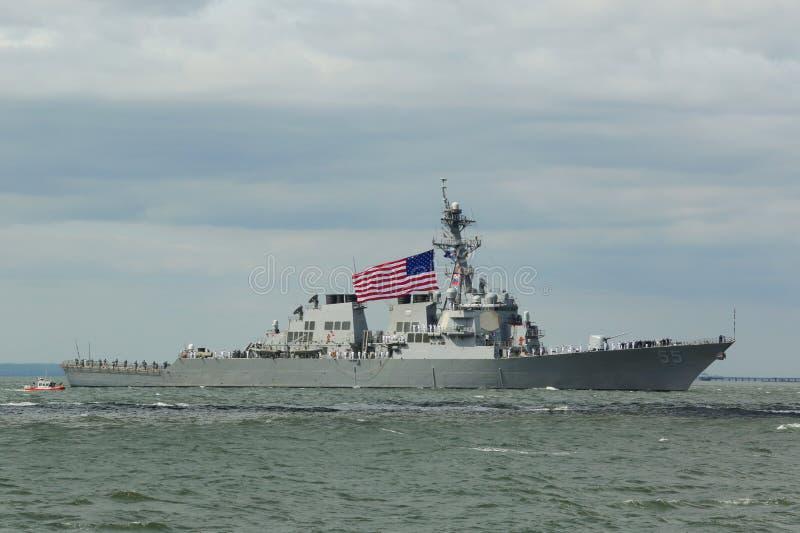 Contratorpedeiro robusto do míssil teleguiado de USS da marinha de Estados Unidos durante a parada dos navios na semana 2015 da f imagem de stock