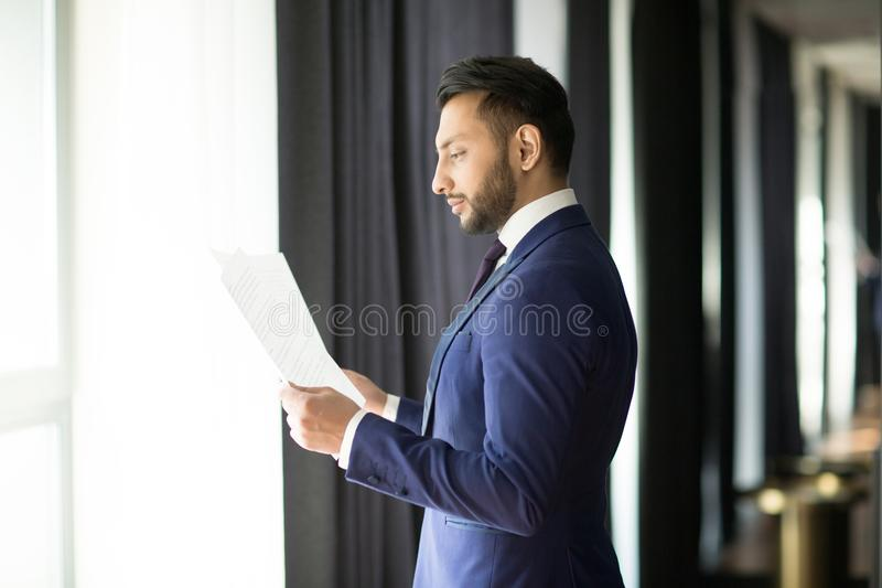 Contratos da leitura do banqueiro foto de stock royalty free