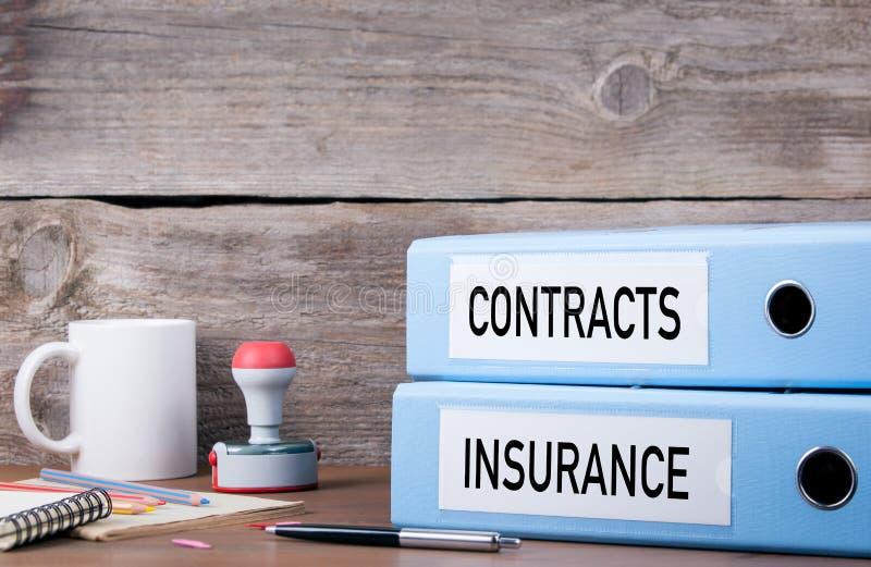 Contratos e seguro Duas pastas na mesa no escritório Busi foto de stock royalty free