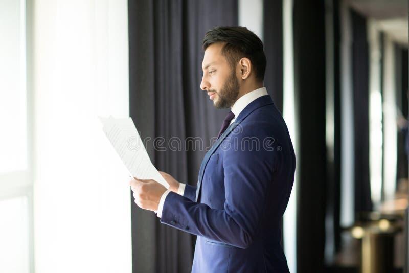 Contratti della lettura del banchiere fotografia stock libera da diritti