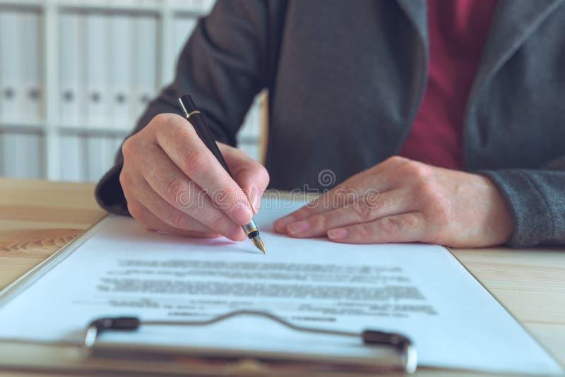 Contratto della donna di affari ed accordo di firma di associazione di affari immagini stock libere da diritti