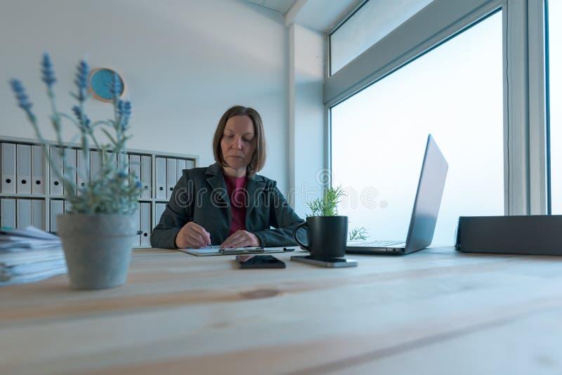 Contratto della donna di affari ed accordo di firma di associazione di affari fotografia stock