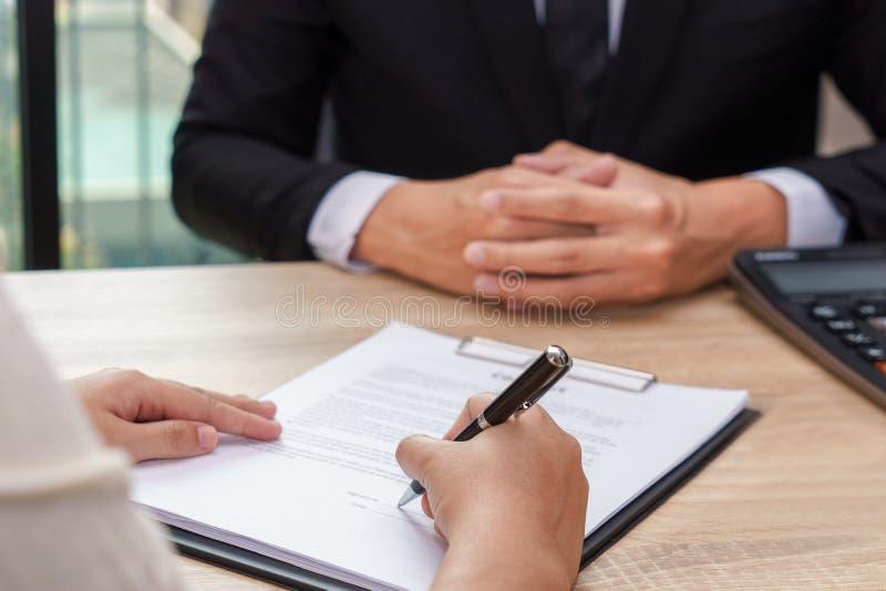 Contratto della donna o documento di accordo di prestito di firma con l'affare immagine stock libera da diritti