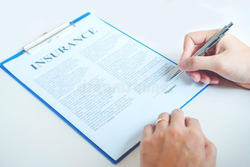 Contratto di accordo del segno dell'agente e del cliente di vendita, casa di assicurazione immagini stock