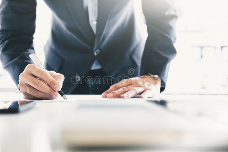 Contratto di firma dell'uomo d'affari che fa un affare fotografia stock libera da diritti