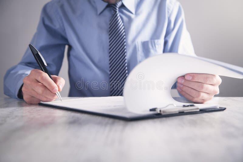 Contratto di firma dell'uomo d'affari Fabbricazione dell'affare Concetto di affari immagine stock