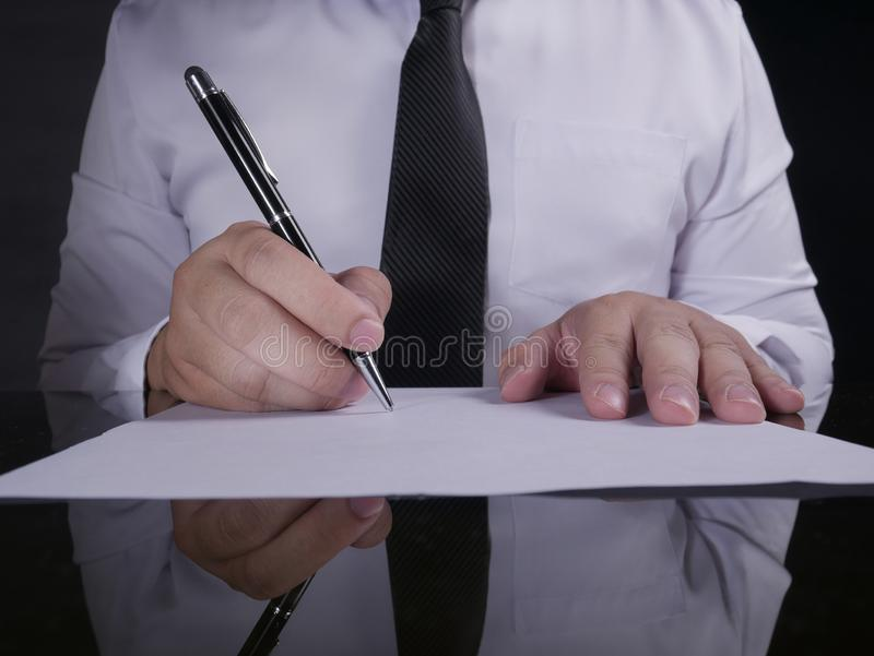 Contratto di firma dell'uomo d'affari fotografie stock