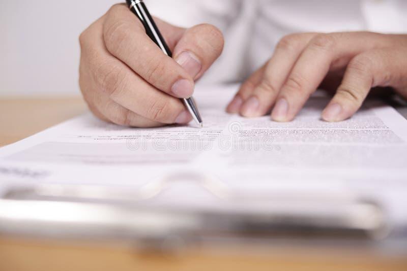 Contratto di firma dell'uomo d'affari immagine stock