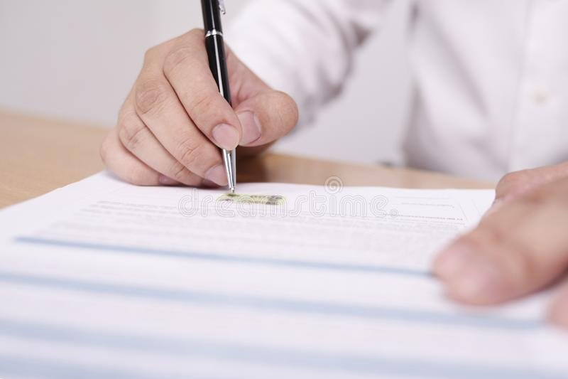 Contratto di firma dell'uomo d'affari fotografia stock libera da diritti