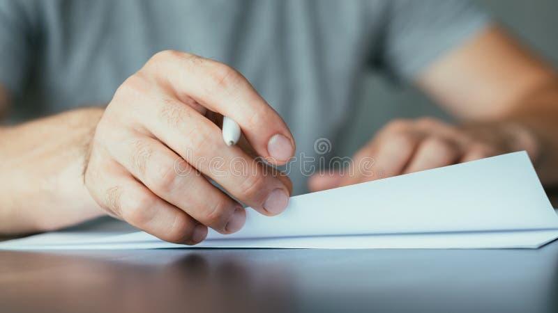 Contratto di firma dell'uomo di lavoro di ufficio dei documenti giuridici fotografie stock