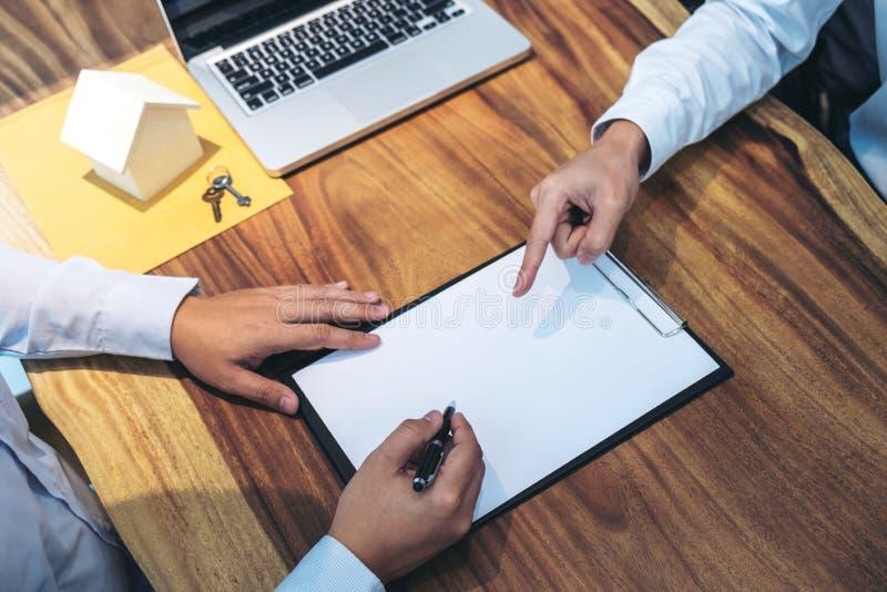 Contratto di firma dell'uomo sicuro del documento di accordo di prestito con la b fotografia stock