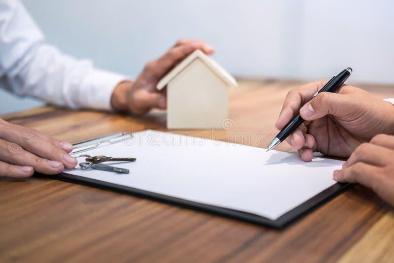 Contratto di firma dell'uomo sicuro del documento di accordo di prestito con la b fotografia stock libera da diritti