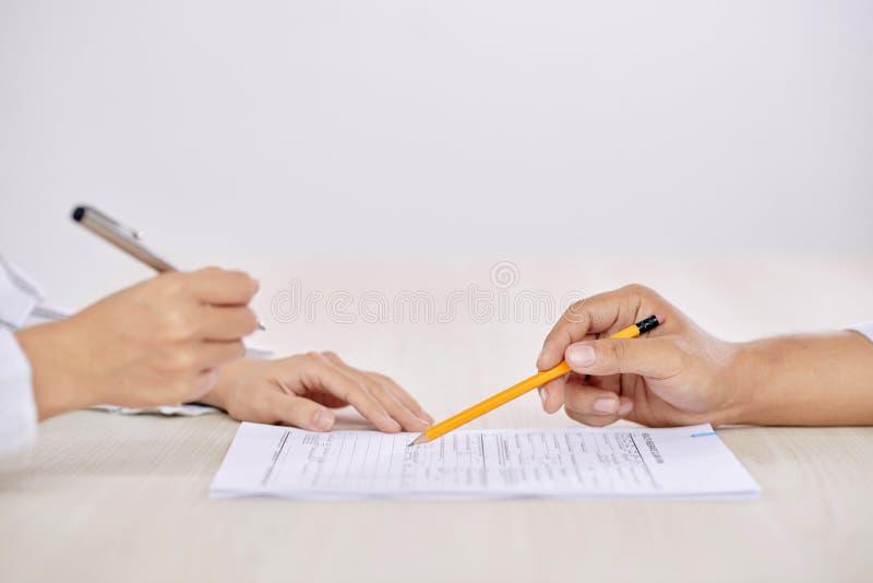 Contratto di firma della gente del raccolto fotografia stock libera da diritti