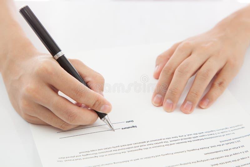 Contratto di firma della mano femminile. fotografia stock