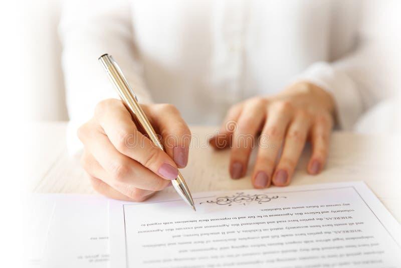 Contratto di matrimonio di firma della donna, primo piano fotografie stock libere da diritti