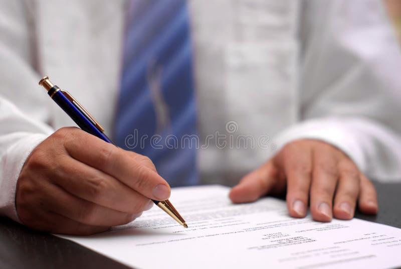 Contratto di sign dell'uomo di affari fotografie stock