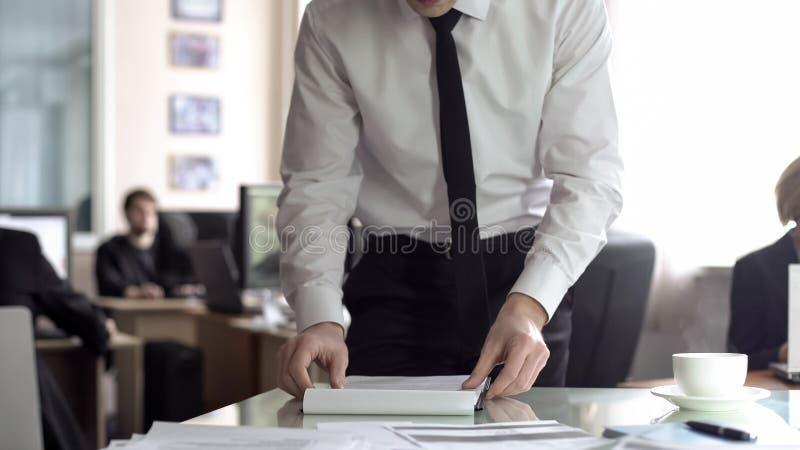Contratto maschio della lettura del responsabile, preparante i documenti per la riunione, ordine del giorno di pianificazione fotografie stock