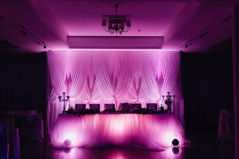 Contre-jour de décor de mariage étonnant, rose et violet intérieur image stock