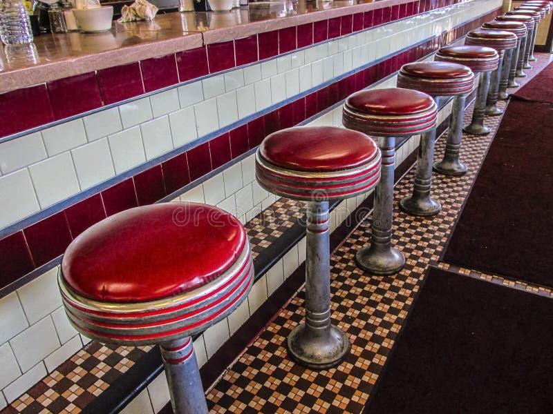 Contre- tabourets rouges de wagon-restaurant images libres de droits