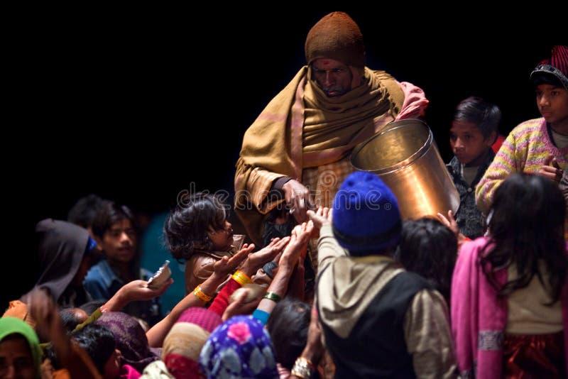 Contribución caritativa del alimento en Varanasi fotografía de archivo