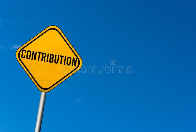 contribución - muestra amarilla con el cielo azul foto de archivo libre de regalías