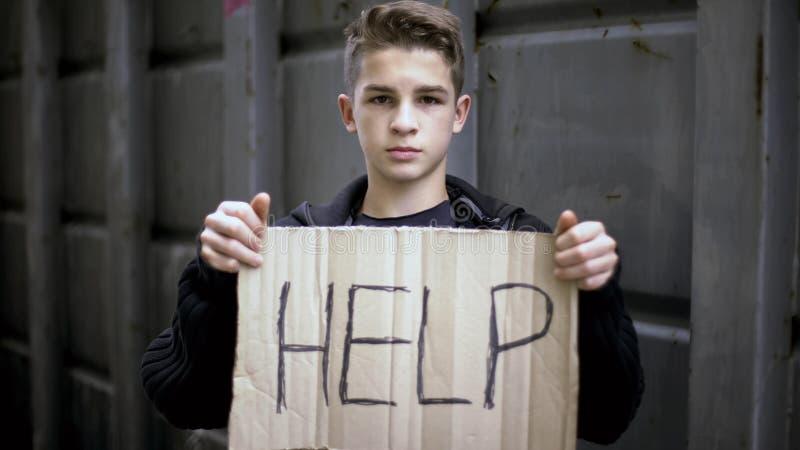 Contribuisca a firmare dentro le mani orfane senza tetto, bambino che elemosina l'aiuto, supporto sociale di bisogni immagine stock