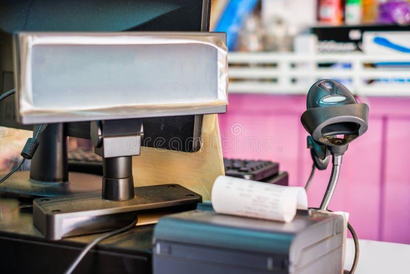 Contro cassiere con il codice a barre dell'analizzatore e l'etichetta manuali di prezzi fotografia stock
