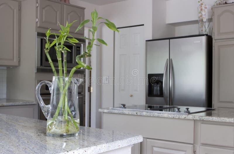 contro cucina di bambù della brocca moderna fotografie stock libere da diritti