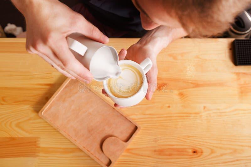 Contro fondo del caffè con la tazza del coffe fotografia stock
