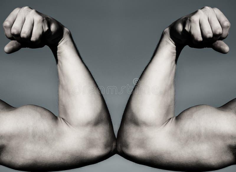CONTRO Lotta duro Concetto di salute Mano, braccio dell'uomo, mano muscolare del pugno contro la forte mano Concorrenza, comparis fotografie stock libere da diritti