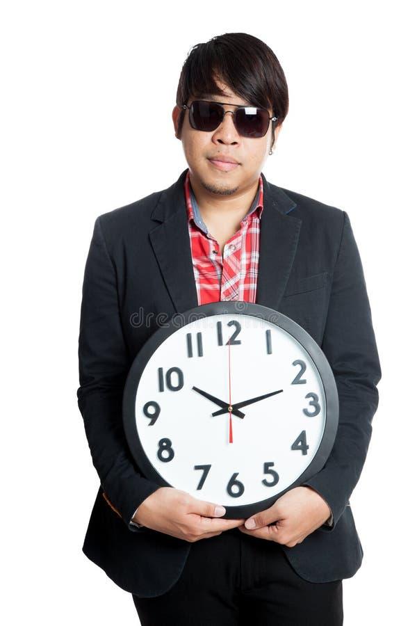 Control asiático del hombre un reloj en la fuente de él imágenes de archivo libres de regalías