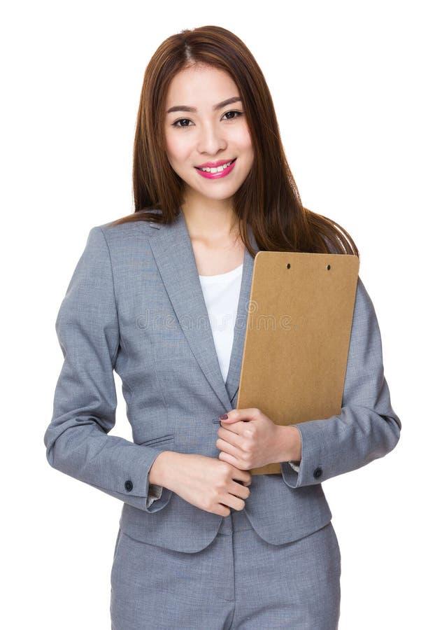 Control asiático joven de la empresaria con el tablero fotografía de archivo