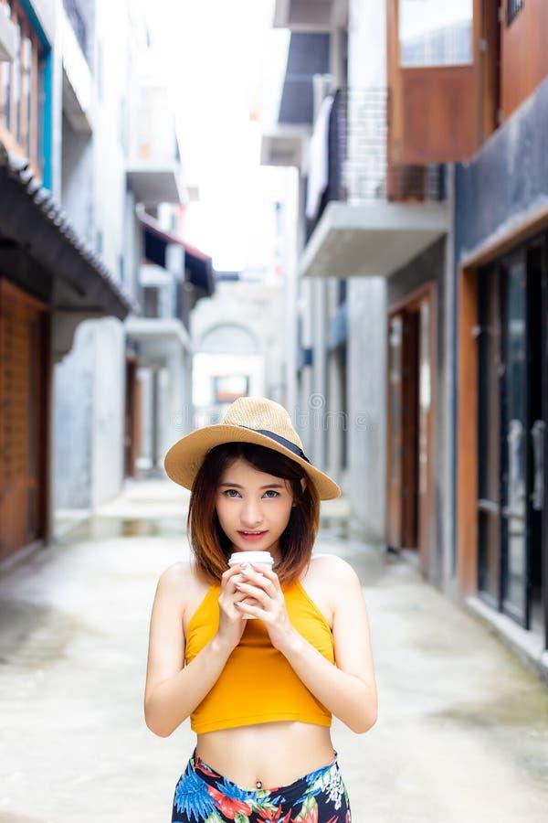 Control atractivo de la muchacha a la taza de café imagen de archivo