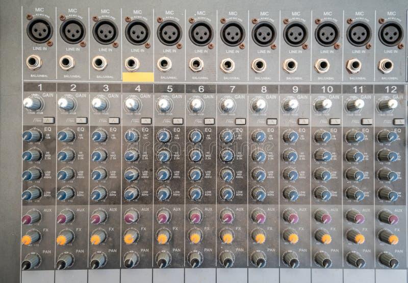 Control audio del equalizador del mezclador del técnico sano para el fondo foto de archivo