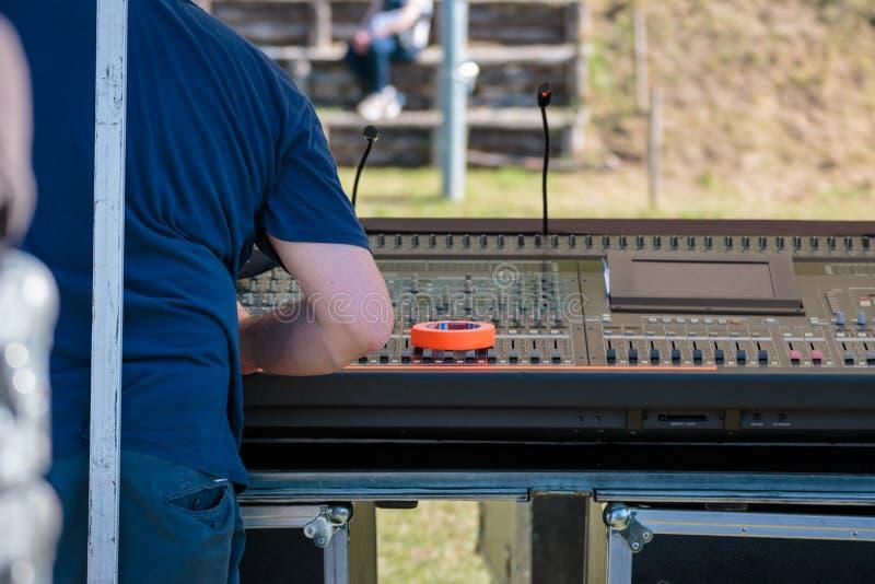 Control audio profesional de la música del mezclador de sonidos con el técnico imagenes de archivo