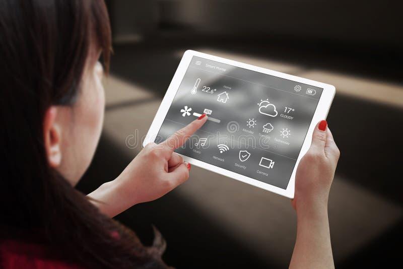 Control casero elegante en la tableta imagen de archivo