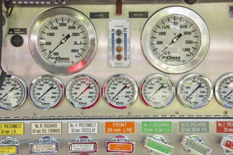 Control de la bomba del coche de bomberos fotos de archivo libres de regalías