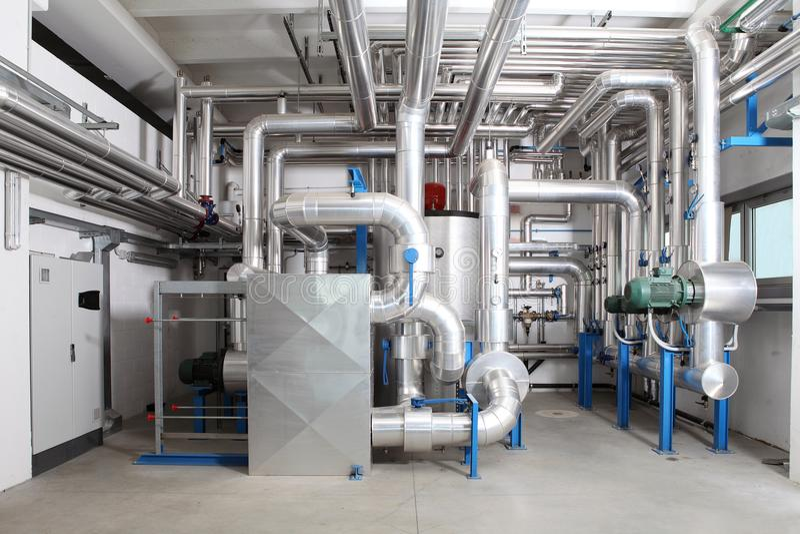 Control de la calefacción central y del sistema de enfriamiento en un cuarto de caldera fotos de archivo