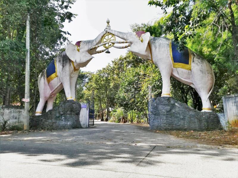 Control de la escultura del elefante blanco la rueda del dhamma fotos de archivo