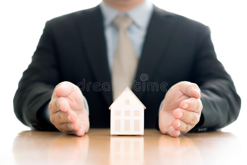 Control de la mano del hombre de negocios el modelo de la casa imagen de archivo libre de regalías