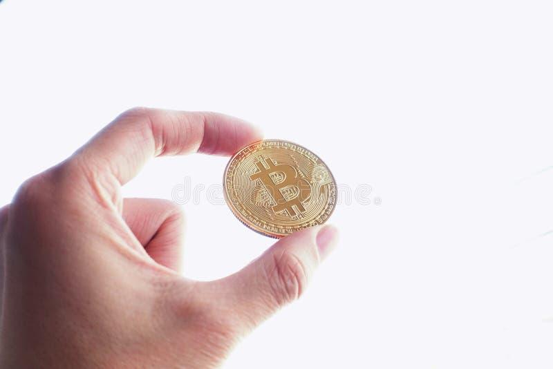 Control de la mano un bitcoin del oro imágenes de archivo libres de regalías