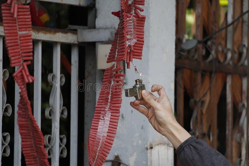 Control de la mano una galleta de plata del fuego del encendedor y de la iluminación fotografía de archivo libre de regalías