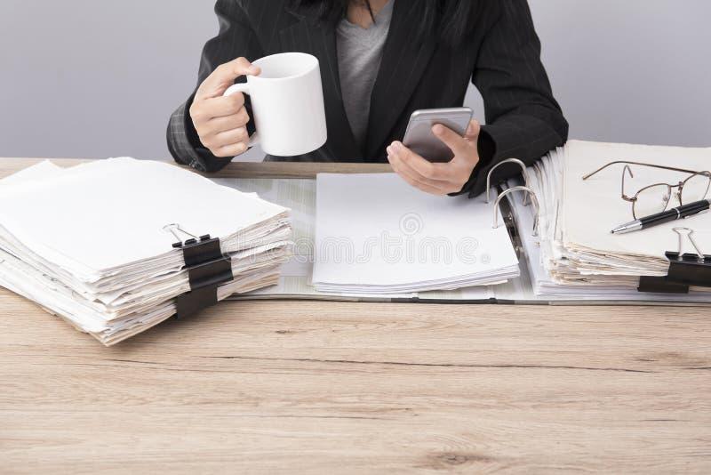 Control de la mujer de negocios el teléfono imágenes de archivo libres de regalías